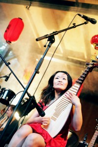 Yingying playing pipa för Niklas FRisks Chinatown